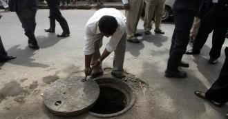 दिल्ली में सीवर की सफाई करने उतरे तीन सफाईकर्मियों की मौत