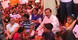 आखिर 15 दिन बाद टूटी सरकार की नींद, धरने पर बैठे निवेशकों से मिलने पहुंचे केंद्रीय मंत्री महेश शर्मा