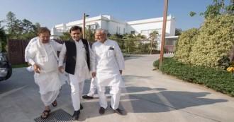 लखनऊ में शरद यादव ने अखिलेश यादव से मुलाकात के बाद मीडिया से कहा- बीजेपी के सत्ता में रहते देश का संविधान खतरे में है