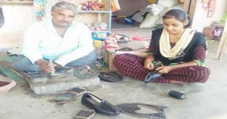 दलित बेटी ने रची इबारत, दिन में पिता के साथ बनवाती है जूतियां, रातों को पढ़कर लाई 97.60% अंक