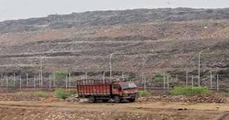गाजीपुर में कूड़े के पहाड़ का एक हिस्सा टूट कर गिरा, दो की मौत