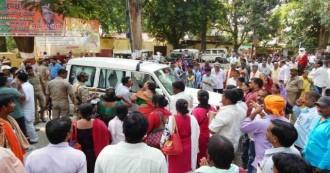 बलिया : मंत्री से नाराज शिक्षामित्रों  ने सांसदों और विधायकों को घंटों बंधक बनाए रखा